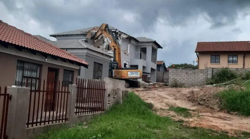 South African man called in an Excavator to demolish a house he built for his girlfriend after she broke up with him